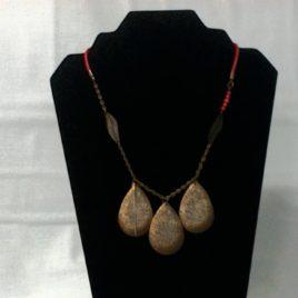 Joli collier et ses estampes bronze