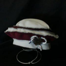 Béret original et son décor fil laine et filigrane sur le côté 02