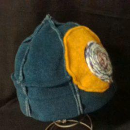 Bonnet original six pans avec son décor en fil de laine fabriqué en Bretagne