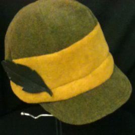 Osez la casquette pour l'hiver au style sport chic avec sa petite touche de cuir.