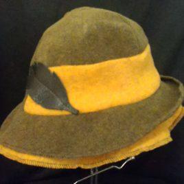 Osez le chapeau pour l'hiver au style sport chic avec sa petite touche de cuir.