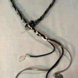 Collier en tresse de suédine, sequin émaillé et breloques pendants sur le devant