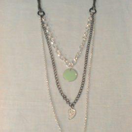 Collier forme sautoir composé de différentes chaines.