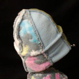 Mon joli bonnet tout coloré en polaire imprimé de petits ours.